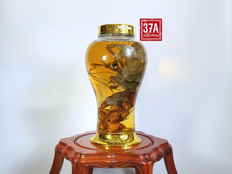 Bình rượu sâm Ngọc Linh vừa là thức uống chăm sóc sức khỏe, vừa có giá trị trưng bày, làm đẹp không gian